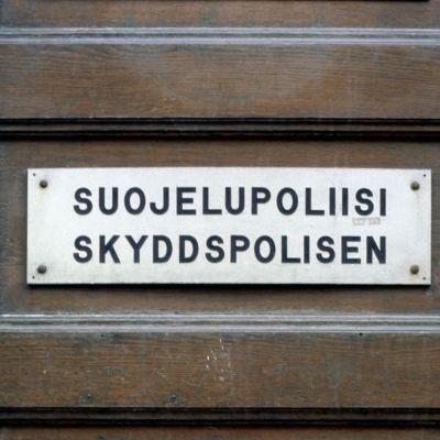 Skylt på Skyddspolisens dörr i Helsingfors