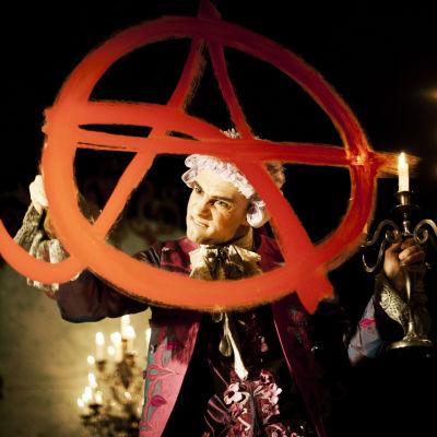 Tomi Enbuska on Mozartin roolissa Oulun kaupunginteatterin Amadeus-näytelmässä.