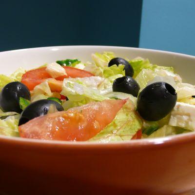 Mustat oliivit koristavat salaattiannosta.