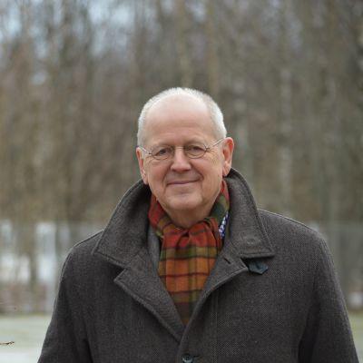 Kirjailija Antti Tuuri kuvattuna Vaasassa