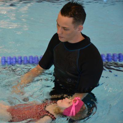 Uimaopettaja Lassi Lilleberg opettaa alkeisselän tekniikkaa Laihian uimakoululaisille.