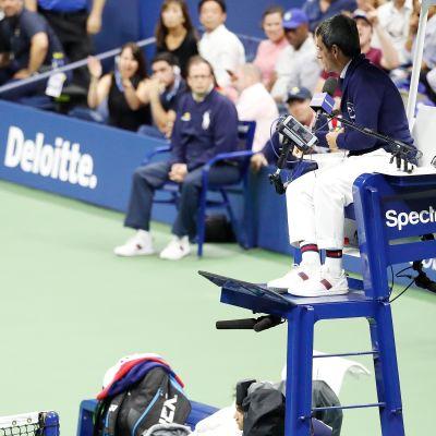 Kuvassa Serena Williams ja tuomaria Carlos Ramos