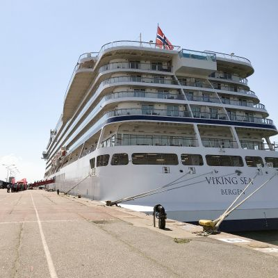 Kryssningsfartyget Viking Sea seglar under norsk flagg. Fartyget är  ca 227 meter långt.