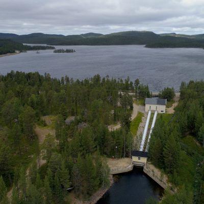 Kirakkakönkään vesivoimala Inarissa. Vesi johdetaan putkia pitkin kahteen turbiiniin ja taustalla näkyvään Ukonjärveen, joka on osa Inarinjärveä.