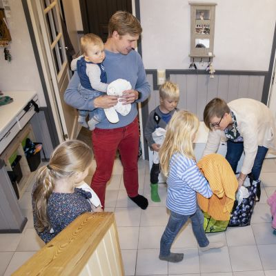 Perhe pakkaa saunakammpeita.