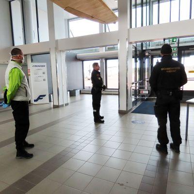 Merivartiosto suorittaa rajavalvontaa lentokentällä.