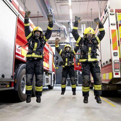 Palomiehet hyppäävät ilmaan tehdessään punnertamisen ja hyppäämisen yhdistävää yleisliikettä.