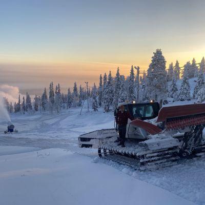 Hiihtokeskus Iso-Syötteellä rinteen lumetusta torstaina 25. marraskuuta.