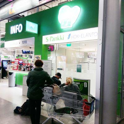 S-pankin tiski Prisman hypermarketin sisäänkäynnin vieressä.
