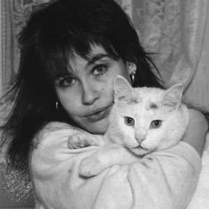Tuula Amberla kissan kanssa v.1988