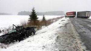 Frontalkrock mellan personbil och långtradare på riksväg 8 i Kelviå i Karleby.