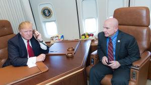 Den amerikanske presidentens säkerhetsrådgivare H.R. McMaster till höger ombord på Air Force One.
