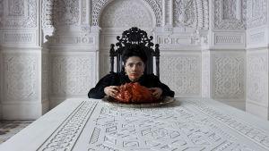 Salma Hayek som drottningen av Longtrellis i filmen Tale of Tales.