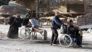 Invånare lämnar sönderbombade kvarter i östra Aleppo 29.11.2016