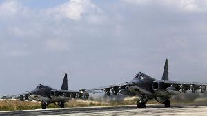Ryska stridsplan på väg att lyfta  från flygbasen Hmeymim, utanför staden Latakia.
