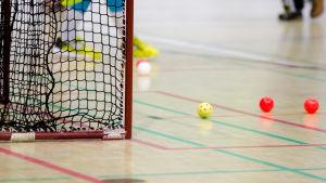 Innebandybollar och ett mål.
