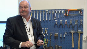 Den amerikanska pensionerade fängelsechefen James Conway besöker Halden fengsel i Norge.