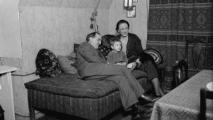 Einojuhani Rautavaara isänsä ja äitinsä kanssa.