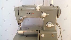 Ostin Pfaff- ompelukoneen kesällä 1960 ollessani raskaana.Tällä koneella on ommeltu vuosikymmenien ajan niin lastenvaatteita kuin kodintekstiilejä sekä korjailtu että lyhennelty vaatteita.