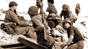 Yhdysvaltalaisia sotilaita rannalla Normandian maihinnousussa 1944.