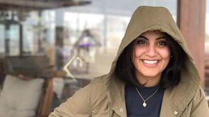 Leende mörkhårig kvinna i jacka med huva. Den saudiska kvinnorättsaktivisten Loujain al-Hathloul .
