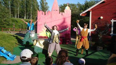 En scen ur pjäsen Mästerkatten i stövlar. Skådespelarna sjunger.
