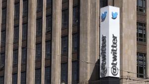 Bild på byggnadsfasad med skylt där det står Twitter.