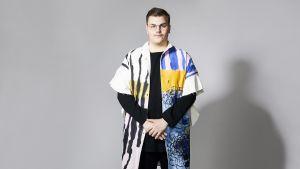 Artisten Aksel Kankaanranta i spräcklig skjorta