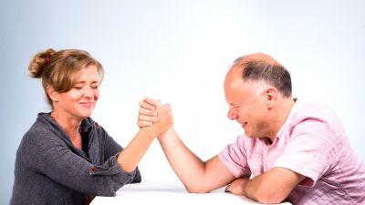 Jeanette och Magnus bryter arm, det ser tungt ut.