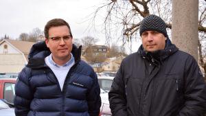 Närbild på Mikael och Peter som står med jackorna på utomhus.