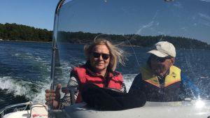 Vegas sommarpratare Moira von Wright åker båt med man.