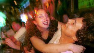 en kvinna och en man skrattar vid en bar