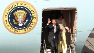 Paret Obama landar i Cape Town