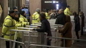 Säkerhetsvakter kontrollerar alla som vill in på festområdet i Köln.