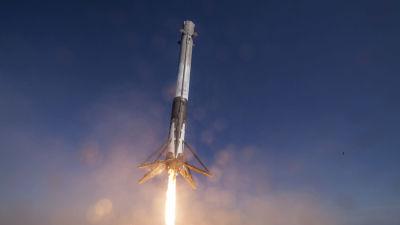 Falcon 9-raketens första steg landar efter utfört arbete.