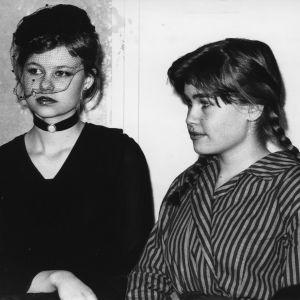 Tuula Amberla (oik.) ystävänsä kanssa vanhojenpäivänä v.1977