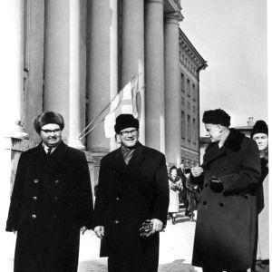 Kekkonen tas emot av universitetets rektor Fjodor (Feodor) Klement. Till höger om Kekkonen ordföranden för Högsta sovjets presidium Aleksei Müürisepp