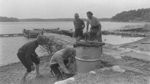 Arvo Ylppö och barn röker fisk, 1960