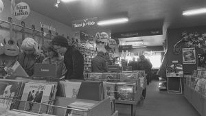 Ungdomar i skivbutik år 1976