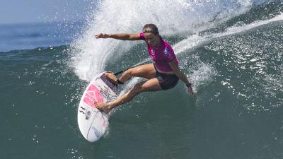 Sally Fitzgibbons surfar på en våg.