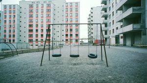 Keinuja tyhjilllään Itä-Pasilan uusien talojen pihalla 1976.