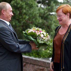 Putin överräcker en blombukett till Halonen vid Gullranda.