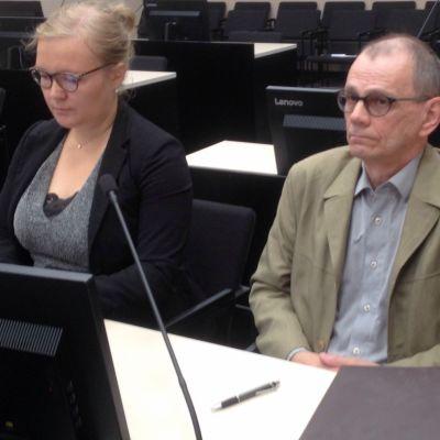 Asianajaja Emma-Lotta Kinnunen ja Ari Marjeta Pohjois-Karjalan käräjäoikeudessa