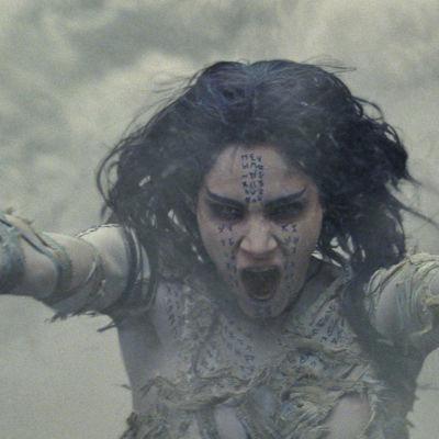 Mumien sträcker ut armarna för att sprida skräck.