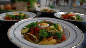 Hönsfrikassé med kryddiga korngryn och grönsaker