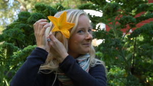 Alexandra De Paoli lägger en zucchiniblomma i håret