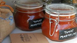Tomaattimarmelaadia lasipurkeissa.