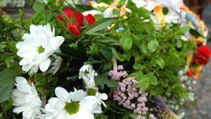 Blommor i en midsommarkrans.