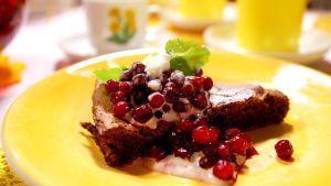 Kladdig chokladkaka med lingon och salt kolaglass
