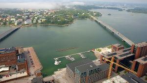 Flygbild på havet mellan Sundholmen och Drumsö i Helsingfors. Det ser ut att vara en sommardag.